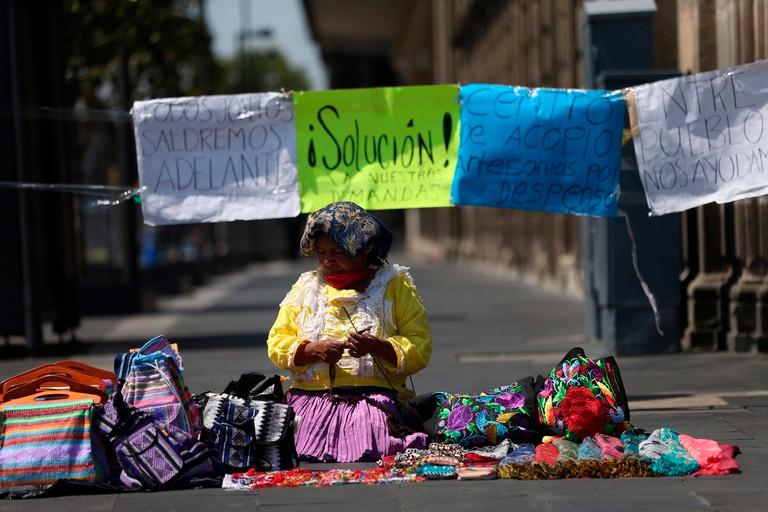 Ciudad de México: indigenas en trueque de artesanías por despensas durante crisis del COVID-19
