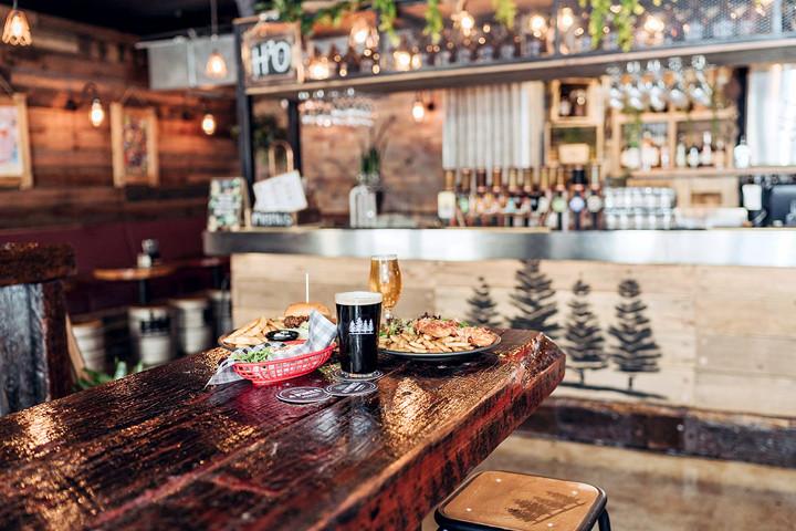 4Pines-Bar-Brisbane-dining-bar-area