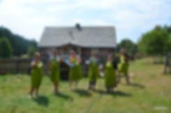 grupa przed domem.jpg