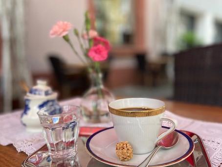 Wieder Kaffee drinnen und draußen genießen