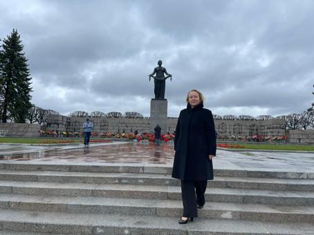 На Пискарёвском кладбище почтили память погибших в годы Великой Отечественной войны
