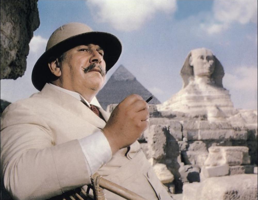 Peter Ustinov dans le rôle d'Hercule Poirot dans la version cinématographique de Mort sur le Nil