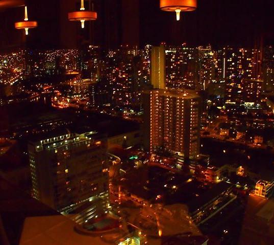 アラモアナホテルの36階、シグネチャープライムステーキアンドシーフードからの夜景