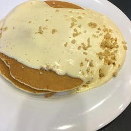 ブーツアンドキモズのマカダミアナッツソースのパンケーキ