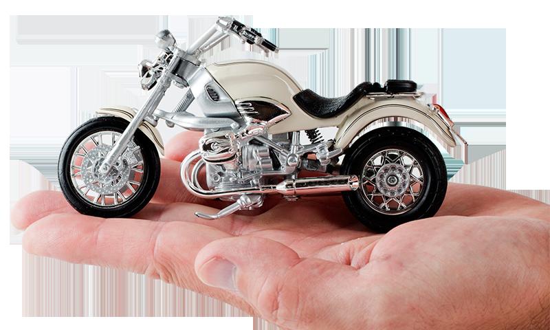 Homem segurando moto de brinquedo