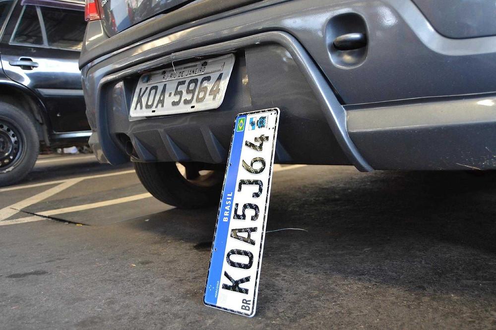 Veículos terão que adotar nova placa até final de 2023