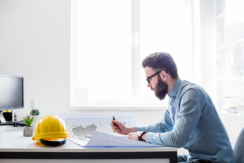 Engenheiro trabalhando na mesa de casa