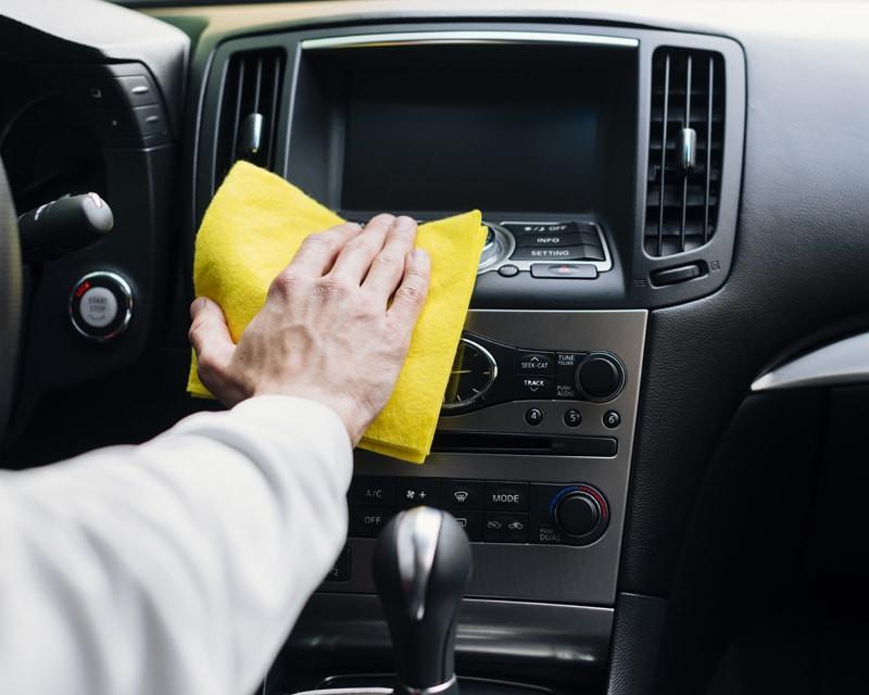 homem-limpando-carro