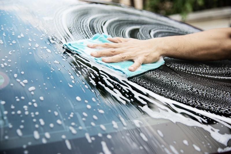 Homem-limpando-vidro-carro