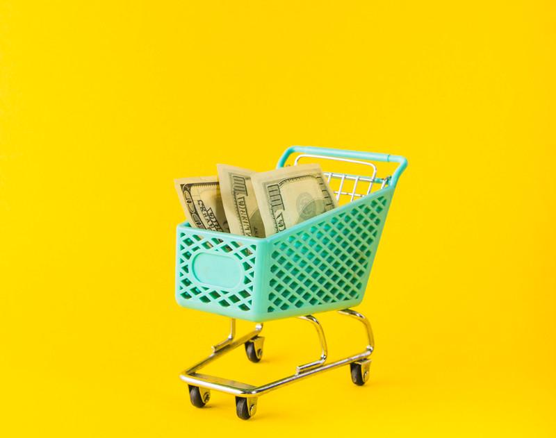 Carrinho de mercado com dinheiro dentro