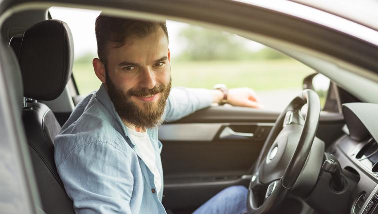 Homem no volante do carro