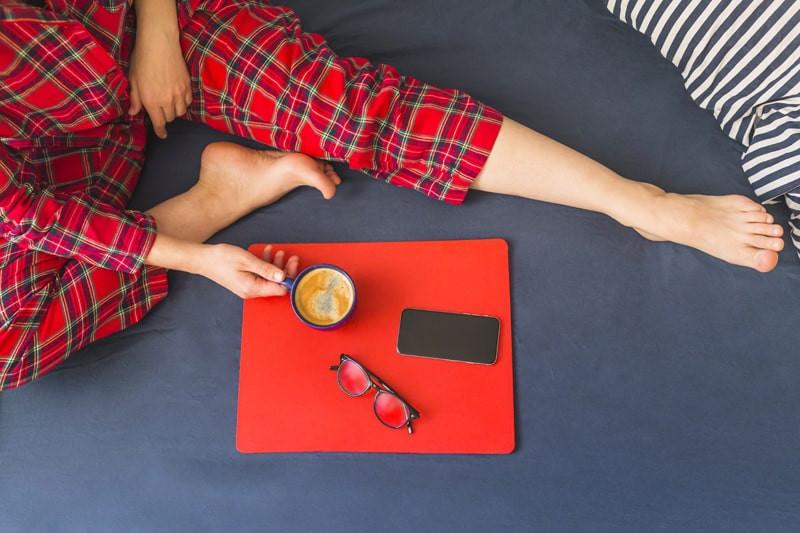 mulher-sentada-na-cama-pijama