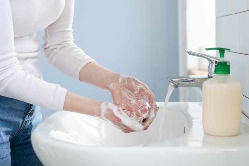 mulher-lavando-maos-com-agua-sabao