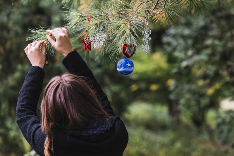 Mulher decorando jardim de Natal