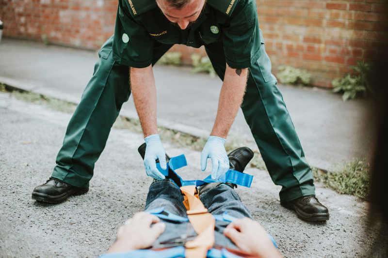Homem socorrendo ferido no acidente