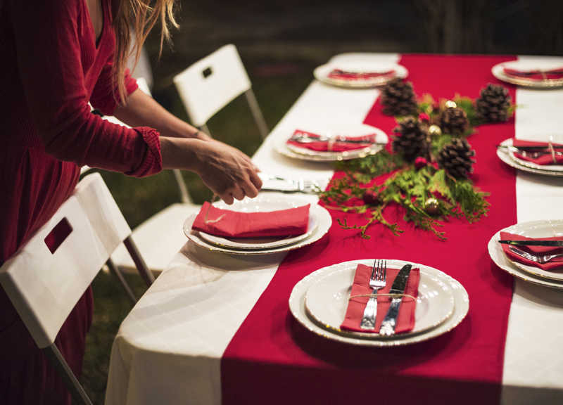 Mulher decorando mesa de natal