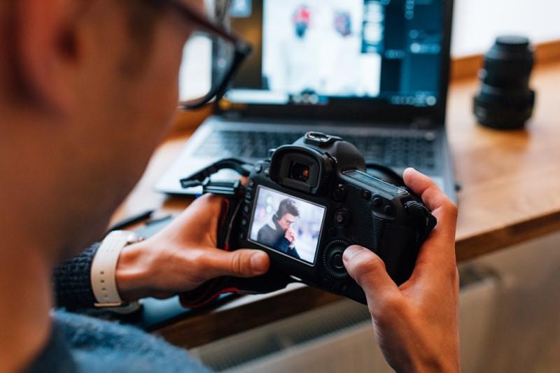 Homem-segurando-camera-profissional