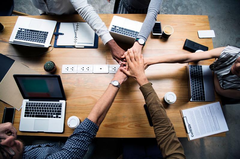 Mãos de pessoas na mesa de trabalho