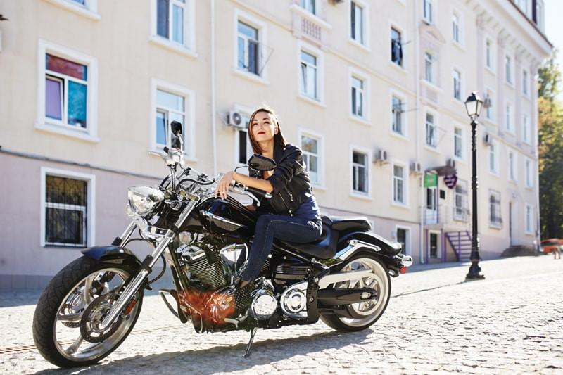 Mulher-sentada-moto-de-alta-cilindrada