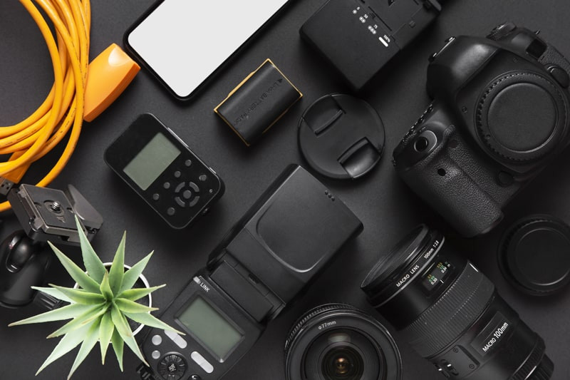Varias-cameras-profissionais-na-mesa