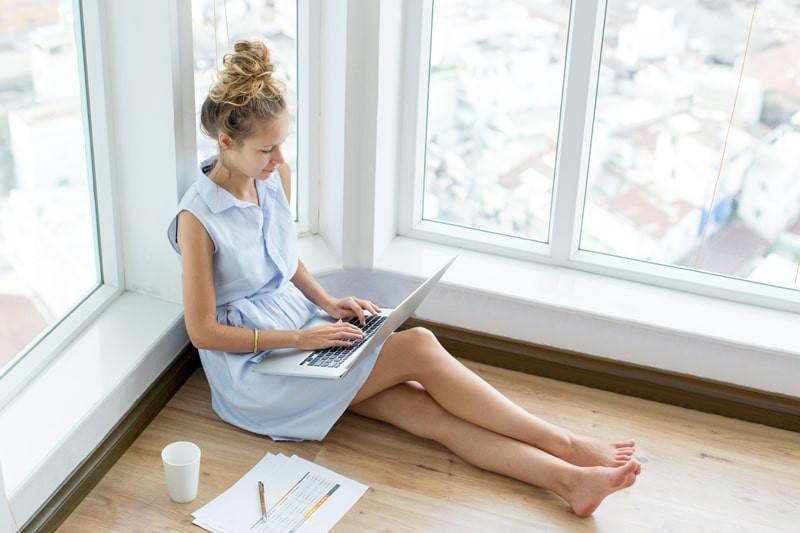 mulher-sentada-trabalhando-em-casa