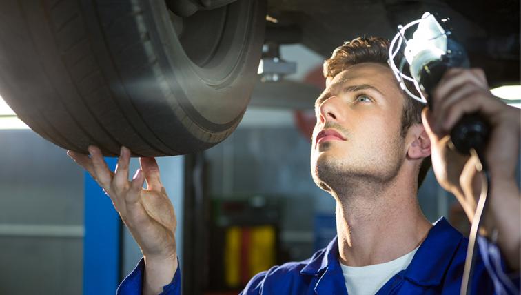 Mecânico analisando carro