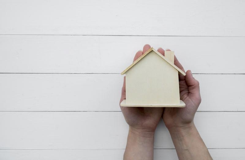 Maos-segurando-casa