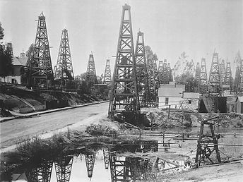 1023px-The_first_oil_district_in_Los_Ang