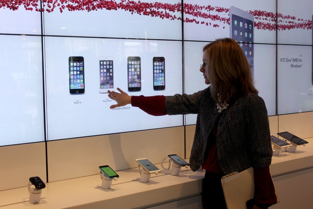 Verizon Device Wall, Mall of America, Dynamic Visual Merchandising Screens