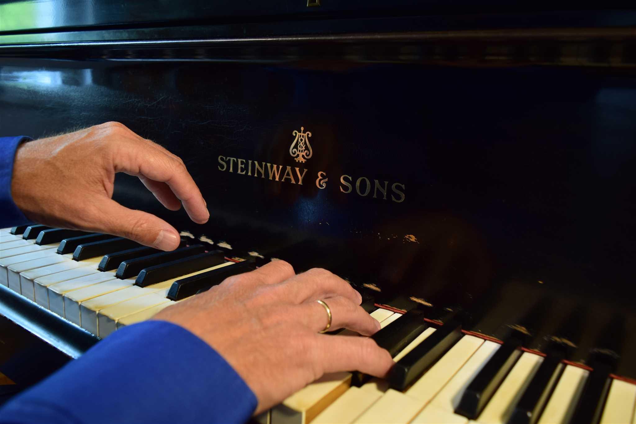 T.Wise s klavirem