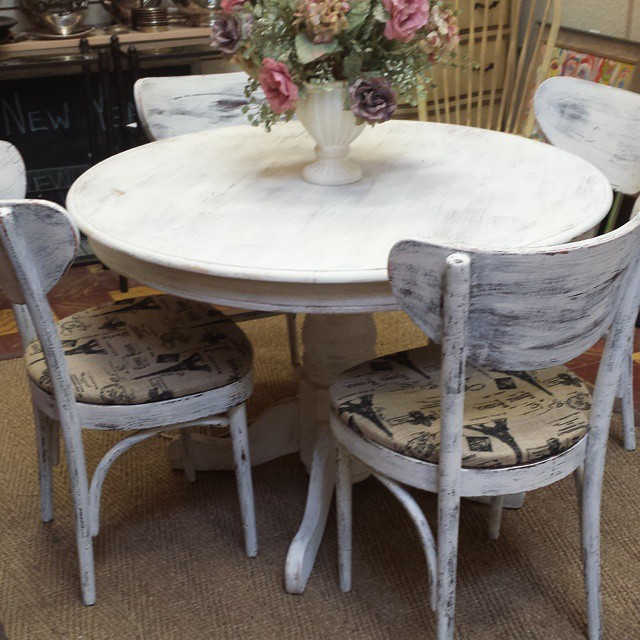 Romantic Shabby Chic Round Table with 4 Chairs