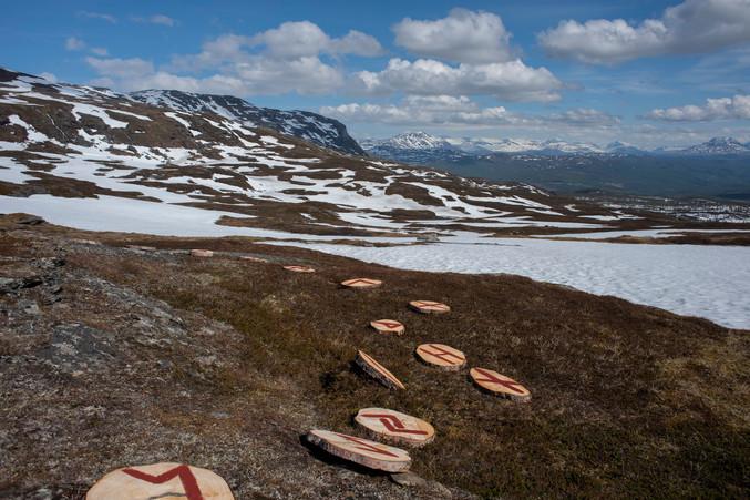 Verket «RUNESANG» (2021) fra Marita Isobel Solberg Kunstneren har vært på Storhaugen i midten Mai, når landskapet fortsatt var dekket med snø. Hun hold en sangeperformance på Storhaugen, hvor hun tegnet det nye runealfabetet med rød linoljemaling på treskiver. De 24 treskivene, med furthak runene ble lagt i en sirkel på snøen, mens kunstneren sang. Nå har snøen smeltet bort og runeskivene ligger igjen i lyng, og på stein.
