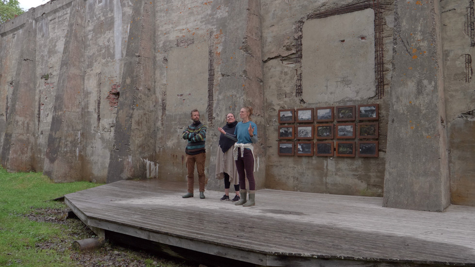 Vidar Laksfors, Ann-Lisbeth Stiberg & Selma Köchling forteller om utstillingen. Verk i bakgrunn: Iren Gule - Forherding, 2017-2021, Olje, akryl, papir, voks, skjellakk og tegning på lerret i rustne jernrammer, 111 x 243 cm. Serie bestående av 15 bilder på 32 x 42 cm