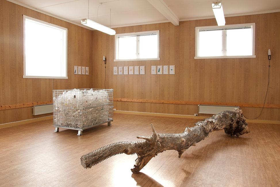 Stålbinge, colaboration with Vidar Laksfors, 2017 (plastic bags, found objects, steelbox, 120x80x60cm) & Spikerstamme by Vidar Laksfors, 2017 (400x40x30cm)