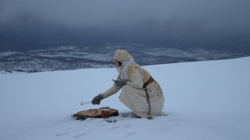 Verket «RUNESANG» (2021) fra Marita Isobel Solberg Kunstneren har vært på Storhaugen i midten Mai, når landskapet fortsatt var dekket med snø. Hun hold en sangeperformance på Storhaugen, hvor hun tegnet det nye runealfabetet med rød linoljemaling på treskiver. De 24 treskivene, med furthak runene ble lagt i en sirkel på snøen, mens kunstneren sang. Nå har snøen smeltet bort og runeskivene ligger igjen i lyng, og på stein.  Foto: Marita Isobel Solberg