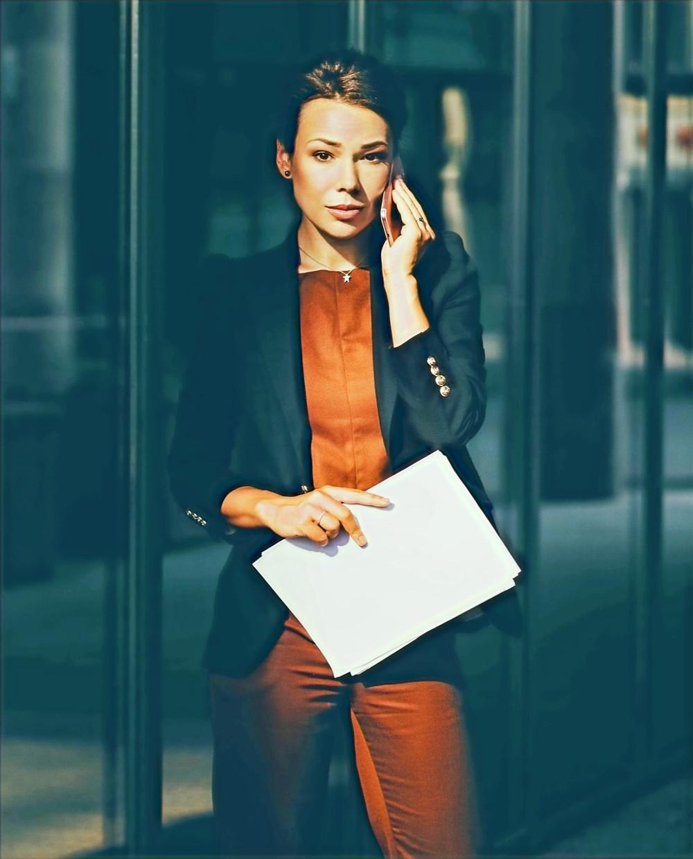Mujer hablando por el móvil