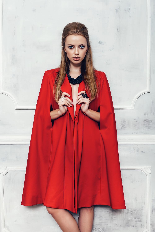 Chica  rubia glamorosa con vestido rojo