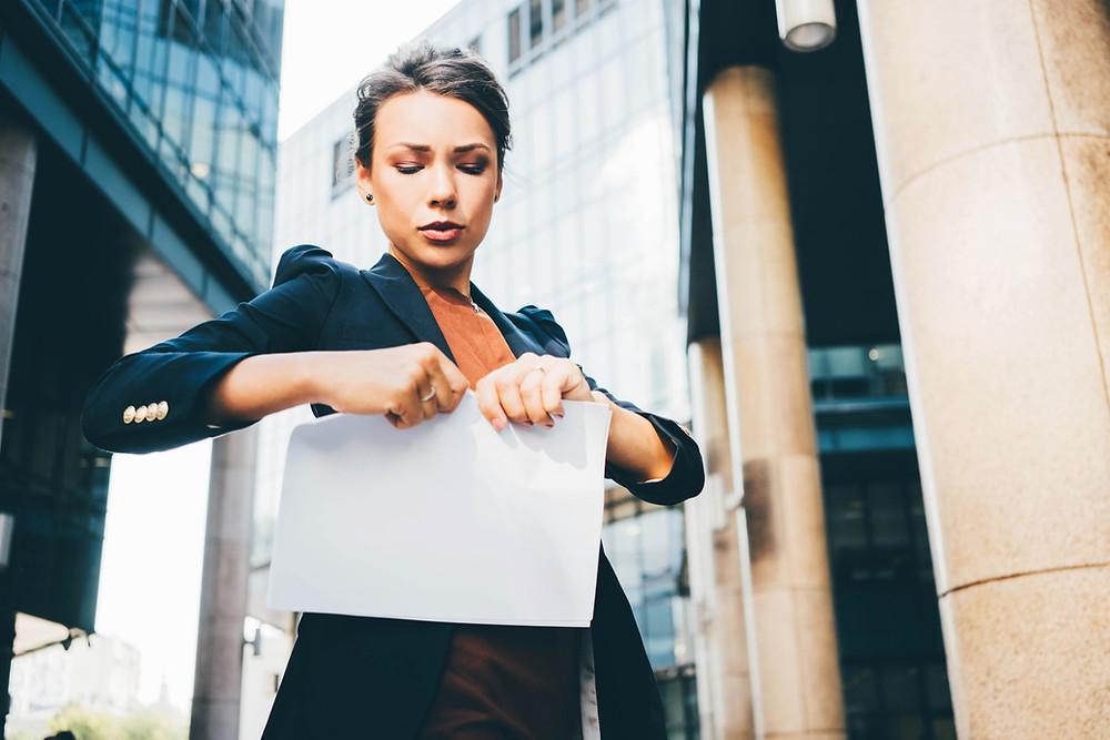 Mujer rompiendo un contrato