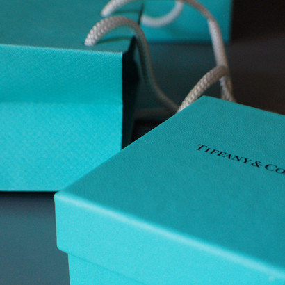 Se suspende la multimillonaria compra de Tiffany & Co y surge la demanda y contrademanda.