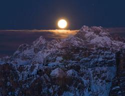 La luna delle Dolomiti