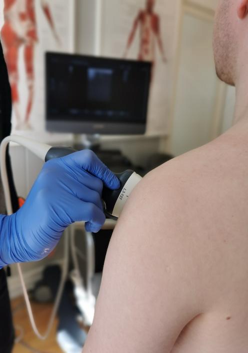 ultralyd av skulder, kiropraktor michael parham dargoshayan gjennomfører en skulderprotokoll for å utelukke skade eller patologi