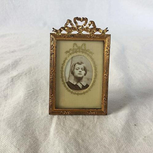 フランス アンティーク 8.2 cm 真鍮 リボンのオルモル装飾 フォトスタンド フォトフレーム ポートレート写真付き (送料無料)