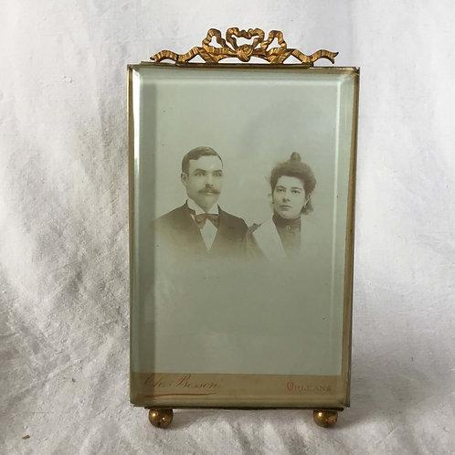 フランス アンティーク 19.5 cm ガラスと真鍮 リボンのオルモル装飾 フォトスタンド スタジオポートレート写真付き フォトフレーム (送料無料)