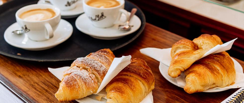¿Un café y un croissant? ¡Pero de los de verdad!