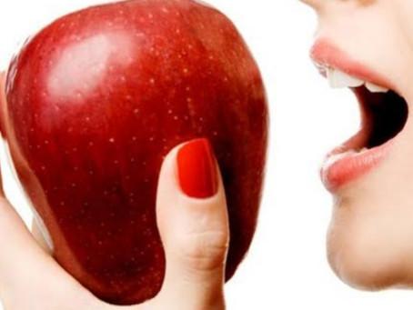 Para cuidar da voz, abra bem a boca para articular as palavras, consuma água e maçã