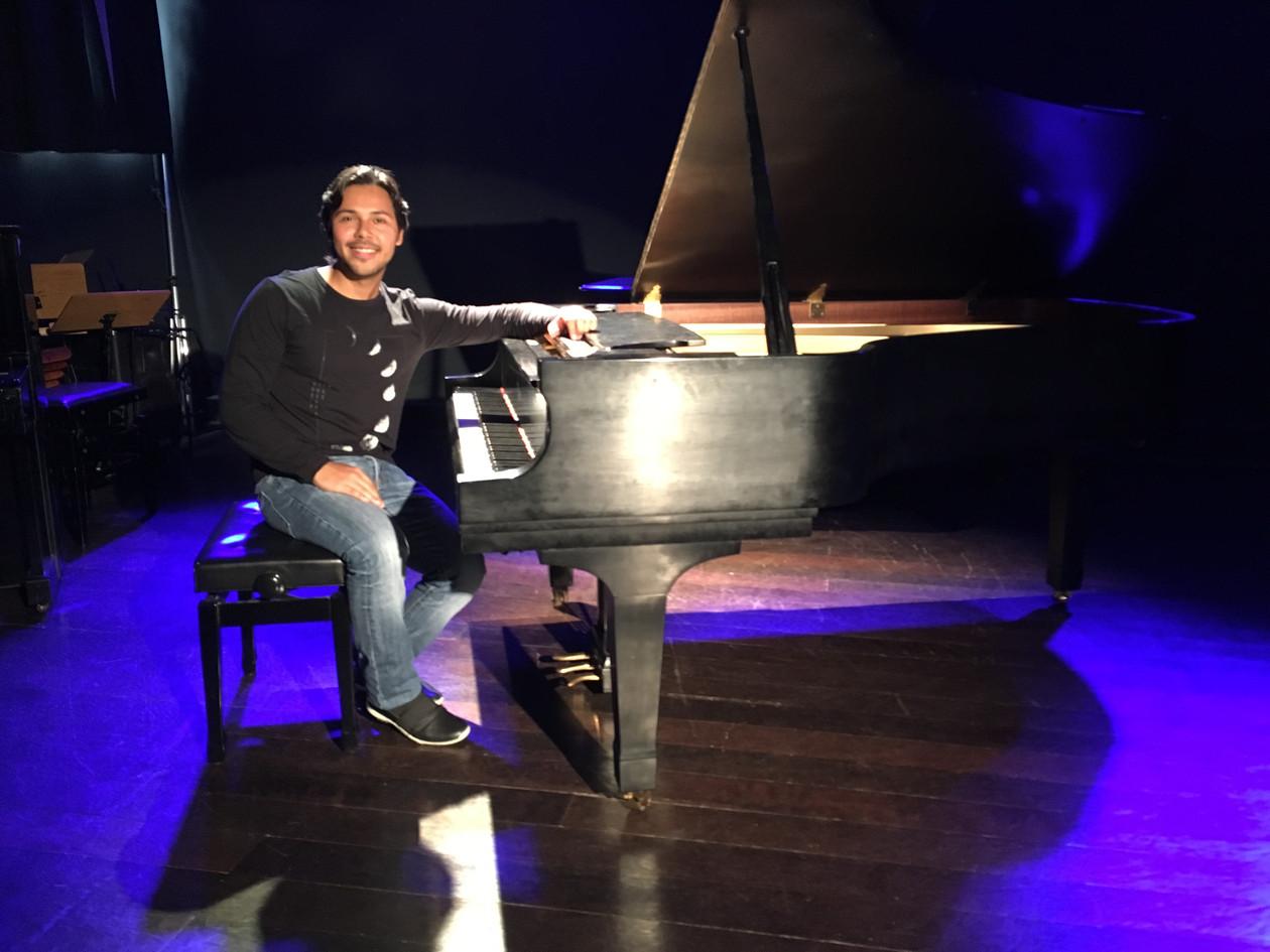 1.Leandro -Sorrindo ao piano.jpeg