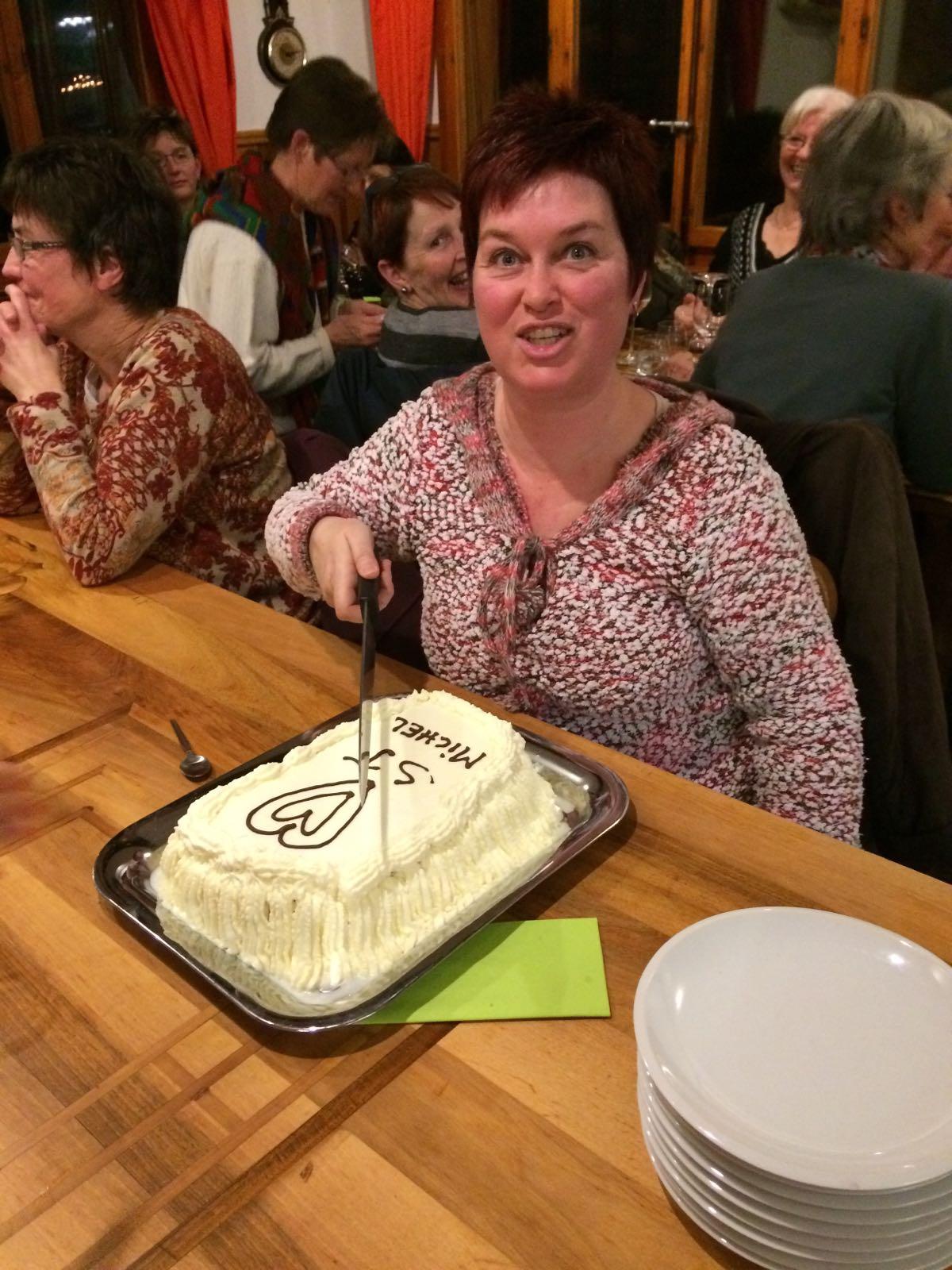 Corinne qui assassine un gâteau