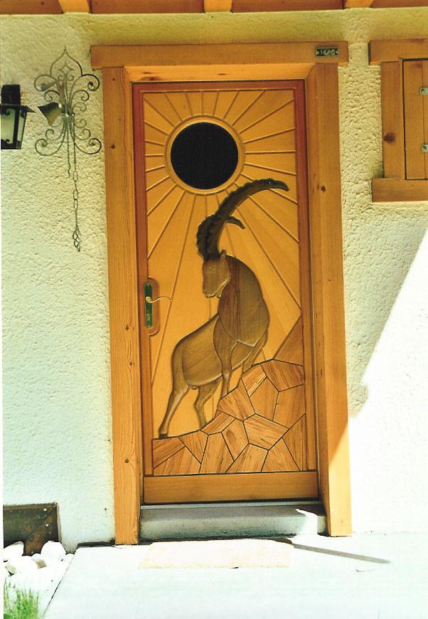 Porte bois avec Gravures en relief - Menuiserie Valais
