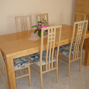 Table en bois avec chaise