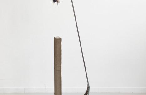 Silvia Vendramel, Guignol, 2017, ferro, cemento, rame e tessuto, cm. 165x33x40